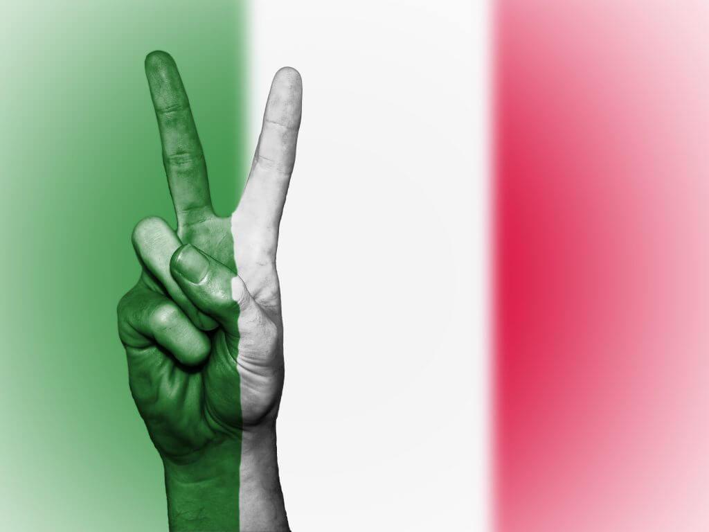 bandiera italia con segno della vittoria