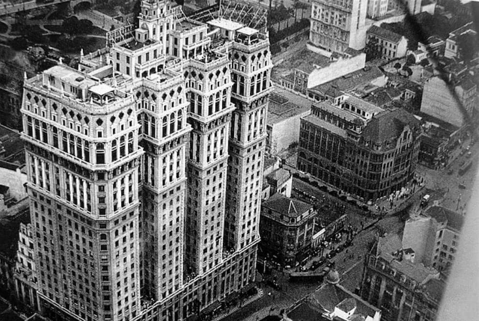 Foto em preto e branco do edifício Martinelli